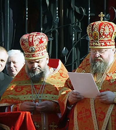 Вместе с сыном Артемом (оба - на заднем плане) на открытии храма.