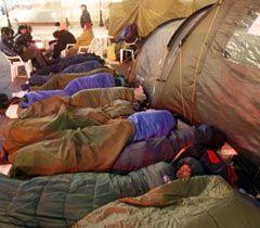 Участники акции протеста против принятия нового Налогового кодекса спят в спальных мешках на Майдане Независимости