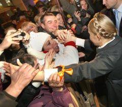 Юлия Тимошенко общается с участниками акции протеста против принятия нового Налогового кодекса