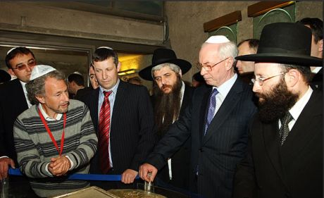 Азаров узнал, куда тратят деньги Коломойский и Рабинович